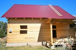Дом из профилированного бруса по проекту Заказчика, вид с фасадной части. Смонтированная кровля.