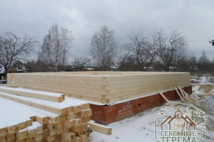 6 рядов дома из бруса собрано на ленточном фундаменте