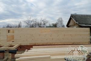 Вид с фасадной части. Фундамент брусового дома отделан кирпичом