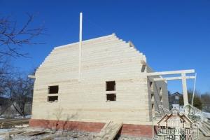 Продолжаем собирать второй фронтон брусового дома по технологии