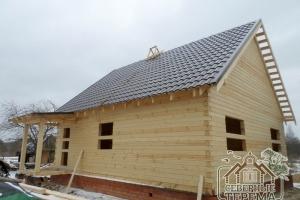 Дом собран, первый скат крыши покрыт