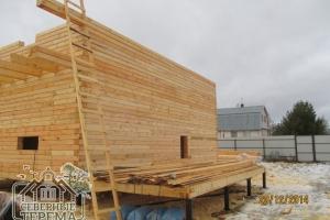 Деревянный дом из профилированного бруса в процессе сборки