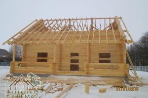 Стропила деревянного дома из бруса. Общий скат крыши с терассой