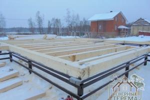 Первый венец и балки пола установлены на готовый фундамент