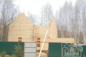 Двухэтажный дом с гаражом из профилированного бруса в процессе строительства