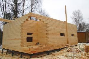Общий вид на собираемый дом из профилированного бруса с фасада