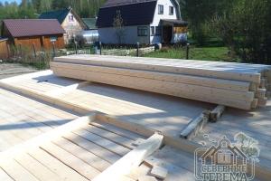 Подготовленный брус 145х145 мм для сборки внешних стен