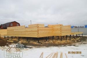 12 рядов дома из профилированно бруса собрано, оконные проемы