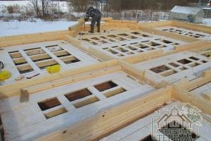 Работник бригады проверяет угол 90 градусов конструкции