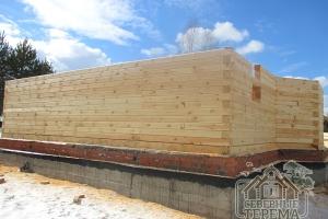 14 рядов стен деревянного дома из профилированного бруса уже собрано