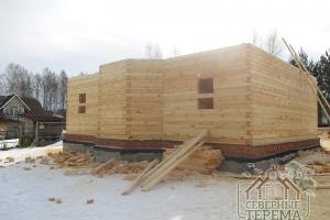 Вид со стороны заднего фасада на собираемый деревянный дом