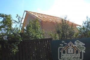 Вид на уложенные стропила крыши с заданным шагом