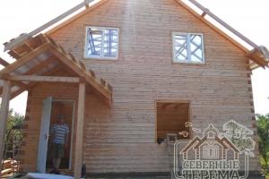 Фасад дома. Ровные углы, неповторимый узор древесины.