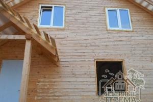 При укладке металлочерепицы использованы деревянные лестницы