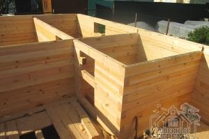 Крепление брусьев производится при помощи деревянных нагелей