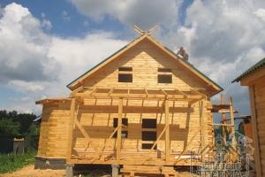 Вид на дом спереди. Крыша почти готова
