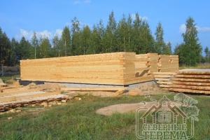 Строительство в процессе, на фоне живописного леса