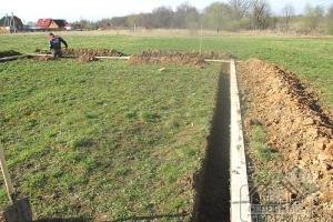 Производим земельные работы. Снимается верхний слой грунта