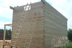 Для высотных работ мы используем деревянные лестницы