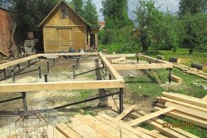 Справа - основа для будущей открытой террасы