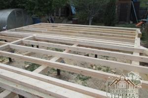Строим дом по проекту ДБ-21. Половые балки на фундаменте