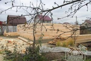 На таком большом участке уберется дом, красивые деревья, и грядки садовода