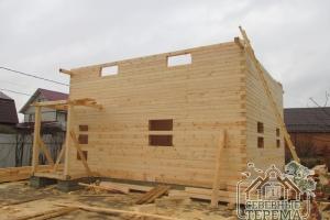 Начинаем собирать фронтон фасада деревянного дома из проф. бруса