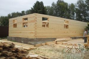 Задняя часть строящегося дома, слева - обрезная доска 150х25
