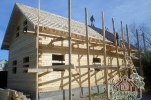 Установлена обрешетка крыши, монтируем металлочерепицу 1-го дома