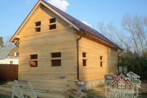 Вид с задней части собранного деревянного дома с покрытой крышей