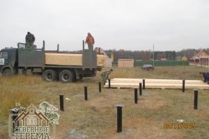 Разгрузка материала на участке Заказчика, свайный фундамент готов