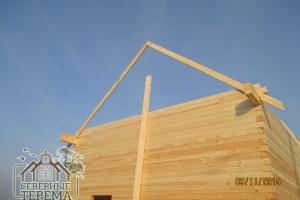 Установлены опоры-направляющие для сборки фронтона брусового дома