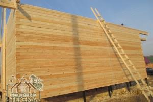 28 рядов собрано, сделали выносы крыши деревянного дома