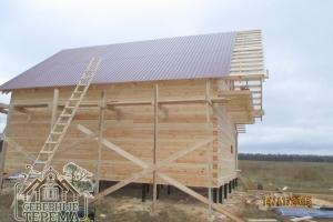 Заканчиваем крыть скат крыши профнастилом на готовую обрешетку