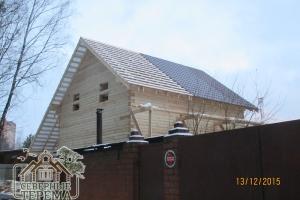 Половина ската крыши покрыта металлочерепицей