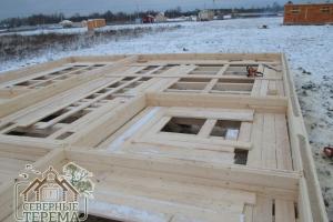 Каждый ряд стен брусового дома из проф. бруса прокладывается утеплителем