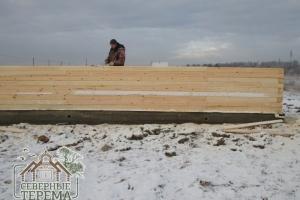 Это обеспечивает жесткость конструкции деревянного дома