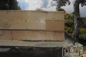 Установка основания дома из бруса на ленточный фундамент