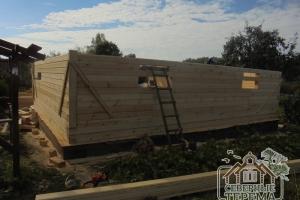 Задняя сторона строящегося дома из бруса