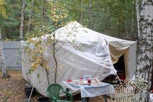 Палатка, в которой проживает бригада на время строительства