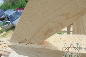 Крепление фронтона к балке крупным планом
