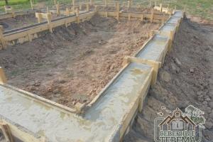Вид вдоль дома, бетон застывает