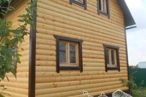 Вид на отделанный дом со стороны фронтона