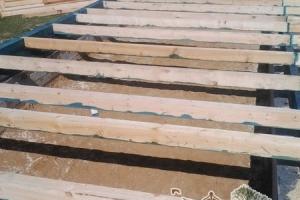 Половые лаги из бруса обеспечивают прочность конструкции