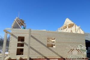 Выпирающий брус у фронтонов - для будущего выпуска крыши