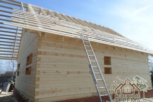 Обрешетка крыши дома из профилированного бруса монтируется на гидропароизоляцию