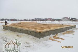 На ленточном фундаменте положен первый венец брусового дома